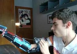Il ragazzo che si è costruito un braccio con il Lego