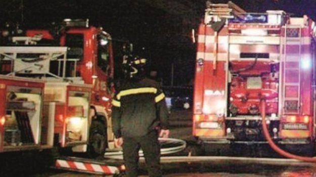 Notte di fuoco a Gela, incendiati un bar ancora da inaugurare e due automobili