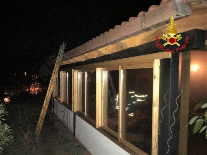 Paura a casteldaccia in fiamme una villetta il rogo for Stufa a legna per veranda protetta