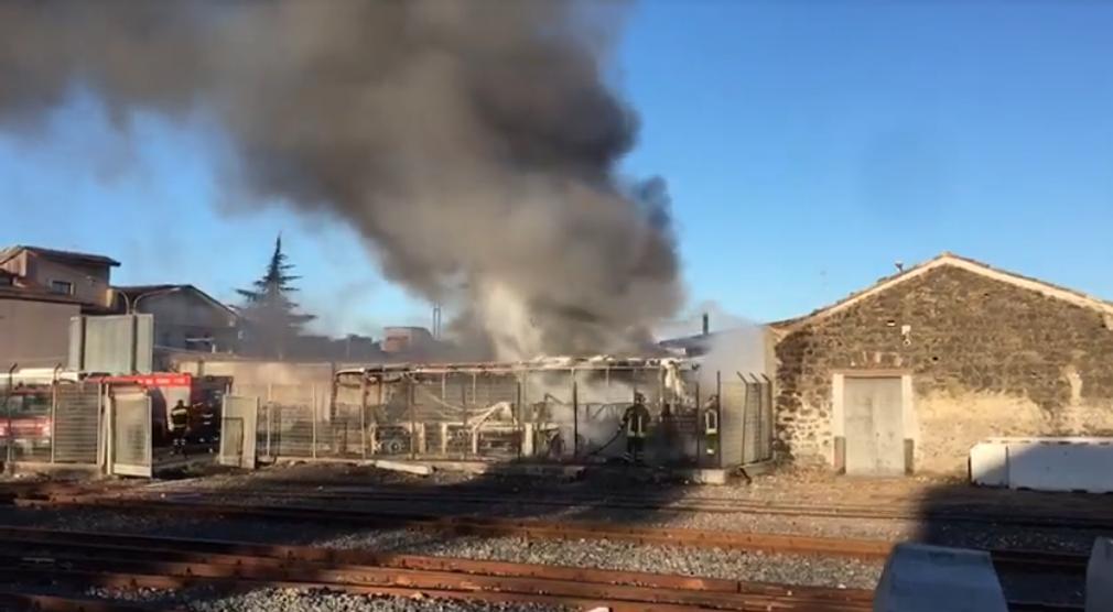 Maxi rogo nella stazione FCE: tre autobus in fiamme