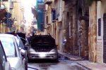 Paura a Gela, due auto in fiamme nel centro storico