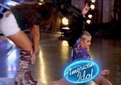 Katy Perry cade sul palco mentre balla a American Idol