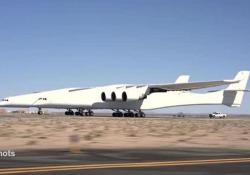 L'aereo più grande del mondo esce dall'hangar e si fa un giro in pista