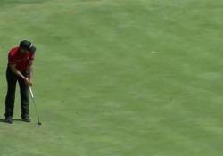 L'incredibile colpo del golfista: la palla sembra telecomandata