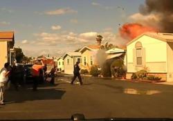 La casa in fiamme: pompieri salvano l'inquilino prima dell'esplosione