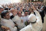 """Papa Francesco visita i detenuti e confida: """"Mi opererò di cataratta"""""""