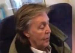 Paul McCartney viaggia in treno in seconda classe