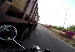 Per un soffio: il motociclista evita lo scontro frontale con il camion