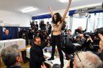 Berlusconi contestato al seggio da un'attivista a seno nudo - Foto