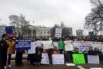 Un momento del sit-in di protesta davanti alla Casa Bianca contro la diffusione delle armi in Usa dopo la strage in Florida