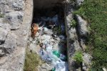 rifiuti su tombe greche