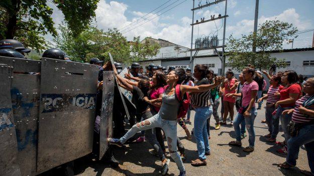 morti venezuela, sommossa polizia venezuela, Sicilia, Mondo