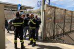 Vento a Palermo, alla stazione Vespri cade lastra di alluminio: donna ferita
