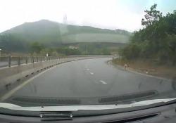 Un bimbo a gattoni in mezzo all'autostrada