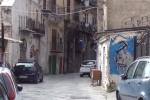 Calcinacci caduti da un balcone a Palermo: le immagini da via Rua Formaggi