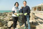 Volontari in azione a Sciacca per ripulire la scogliera dai rifiuti