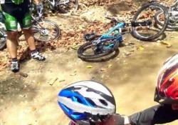 Vuole attraversare il ruscello in bici a tutta velocità: la caduta è molto dolorosa