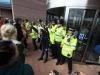Alfie: tentata irruzione dei manifestanti in ospedale