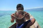 Un individuo Bajau mostra la tradizionale maschera in legno per le immersioni (fonte: Melissa Ilardo)