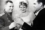 Gagarin brinda con Valentina Tereshkova e il marito Adrian Nikolajev dopo la cerimonia, 4 novembre 1963