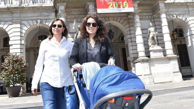 bambino con due mamme torino, registrato figlio di due madri, Chiara Appendino, Chiara Foglietta, Micaela Ghisleni, Sicilia, Cronaca