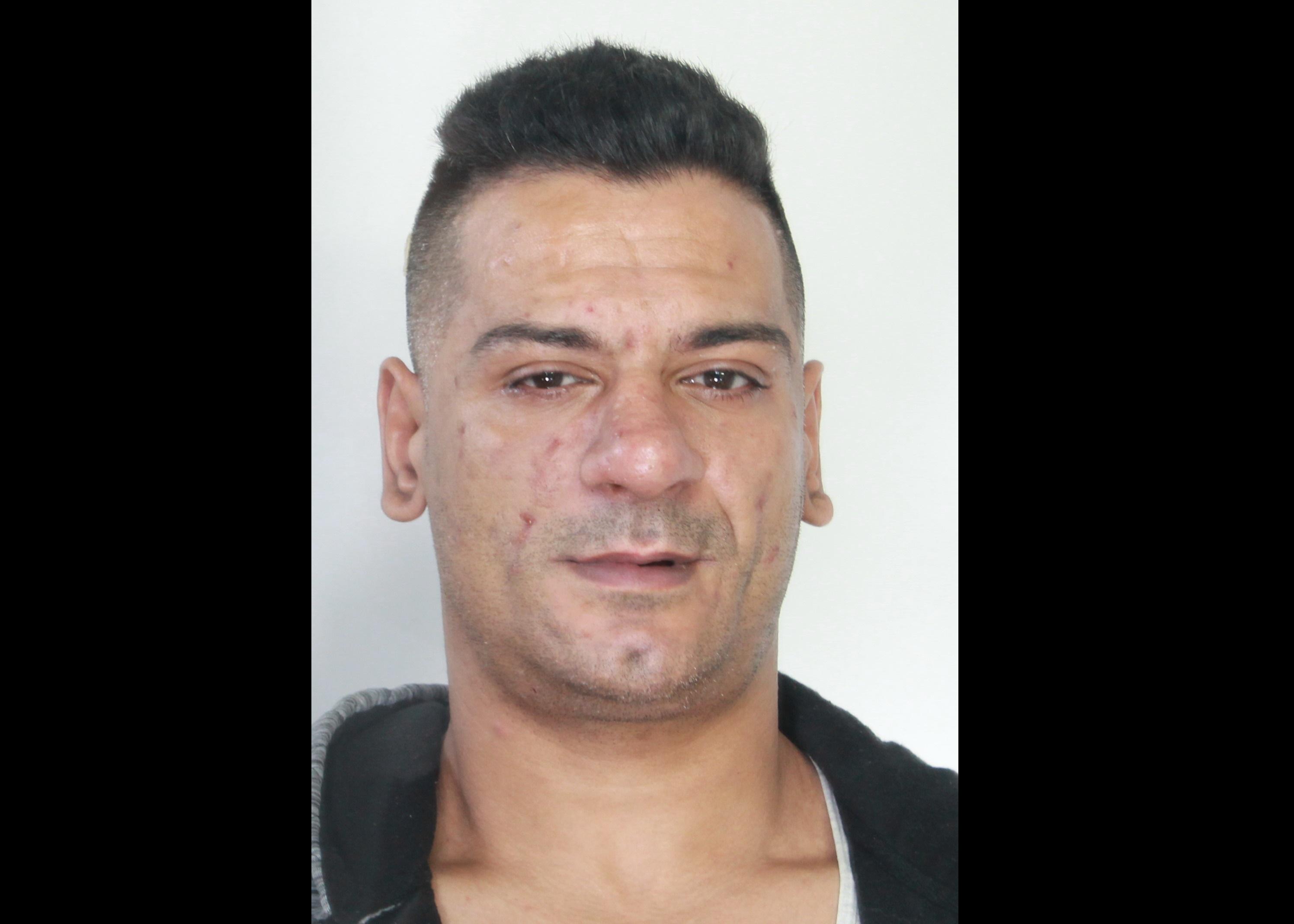 Accoltella il rivale in amore e il fratello della ex, arrestato romeno