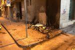 Gela invasa da discariche e rifiuti, bruciati dei cassonetti