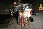 Scontro tra furgone e autocompattatore a Catania, feriti i conducenti: le foto dell'incidente