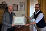 Portalettere in pensione, il sindaco di Delia consegna un riconoscimento