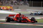 Strategia a sorpresa e Vettel vince in Bahrain. Meccanico Ferrari travolto ai box da Raikkonen
