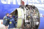 Esplode motore su un aereo negli Usa, morta una donna: in un video i momenti di panico