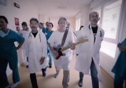 Il protagonista del video è Fabio Testoni, storico chitarrista degli Skiantos