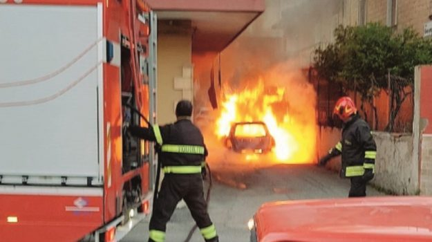incendio auto caltanissetta, Caltanissetta, Cronaca