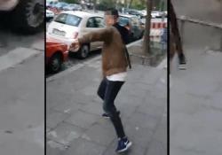Aggrediti con una cinghia: una delle vittime filma tutto