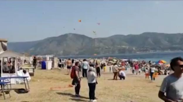 Festa degli aquiloni sulla spiaggia di Capo Peloro