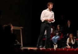 Lo scrittore porta in scena a Milano il suo bestseller «Ogni storia è una storia d'amore» (Mondadori)