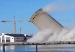 Il silo di cemento alto 53 metri è caduto dalla parte sbagliata