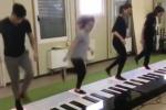Suonano Despacito con un pianoforte gigante, il video diventa virale