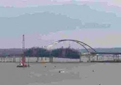 Lo hanno distrutto con una maxi esplosione: il vecchio ponte a Lake Barkley, nel Kentucky, è stato demolito senza risparmiare in materiale esplosivo