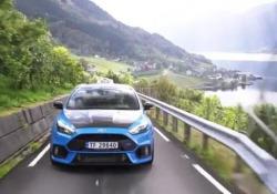 il tassista Evald Jåstad ha dato una svolta al suo lavoro: anziché una «tranquilla» vettura, ha scelto una «indiavolata» Ford Focus RS,. E i clienti fanno a gara