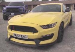 Non è la solita Mustang. Questa è la GT350R, made in Shelby. La muscle-car Ford più estrema (e adatta alla pista) di sempre. Per soluzioni di telaio, motore e assetto