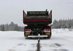 In Svezia apre la strada che ricarica le auto elettriche in movimento