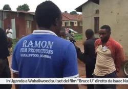 Isaac Nabwana dirige il cast negli studios: il cortile davanti a casa