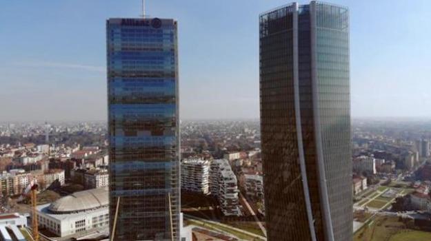 In volo con un drone sui grattacieli di city life a milano for Quartiere city life