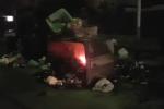 Un'altra notte di rifiuti in fiamme a Palermo: le immagini dei cassonetti incendiati