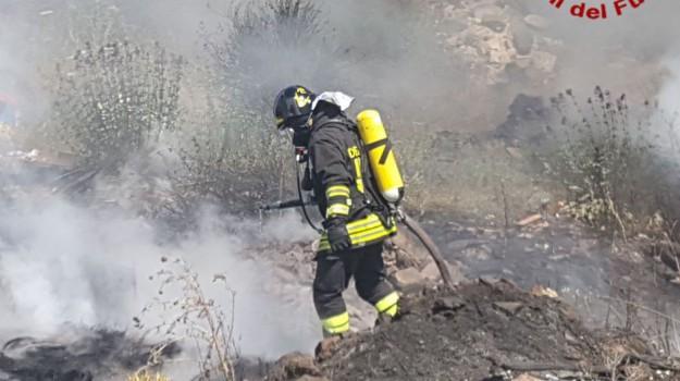 In fiamme per 5 ore una discarica a Misterbianco, le immagini dell'incendio
