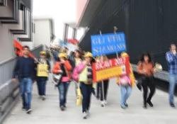 I lavoratori protestano contro i 400 licenziamenti decisi dall'azienda e contro il trasferimento da Torino a Milano