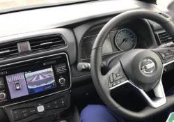 Al volante (si fa per dire) della nuova generazione della berlina elettrica, mentre fa manovra in posteggio. E il pilota rimane passivo