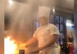 Il maestro giapponese della cucina teppanyaki non fa i conti col sistema antincendio del ristorante