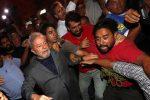 Brasile, Lula si consegna alla polizia dopo la condanna per corruzione: momenti di tensione